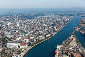 Das_Herz_der_BASF-Gruppe_ist_die_BASF_SE_mit_ihrem_Stammwerk_in_Ludwigshafen_am_Rhein._Mit_etwa_250_Produktionsbetrieben,_vielen_hundert_Laboren,_Technika,_Werkstätten_und_Büros_auf_einer_Fläche_von_rund_zehn_Quadratkilometern,_ist_es_der_größte_zusammenh