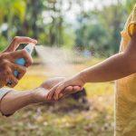 Insektenschutzmittel (Repellent) wird auf die Haut eines Menschen aufgetragen.