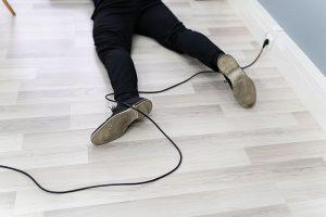 Unfall im Homeoffice: Mann stolpert über ein Kabel