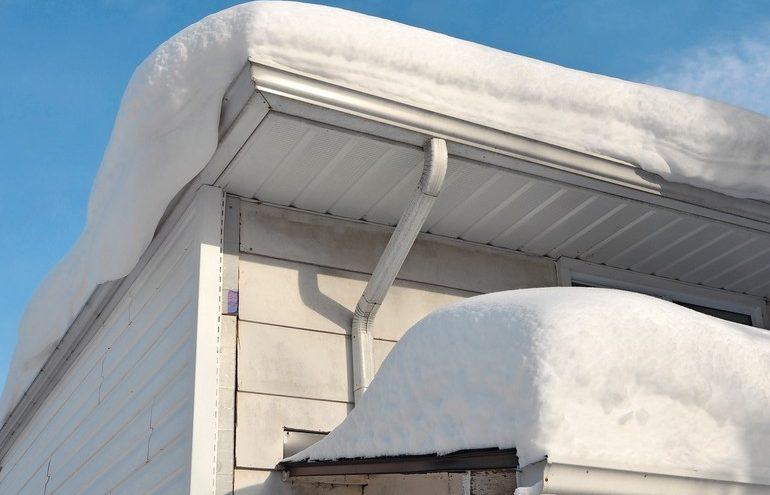 Sichere Schneeräumung auf dem Dach muss gut organisiert sein.