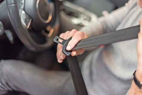 Man_fastening_seat_belt_in_car