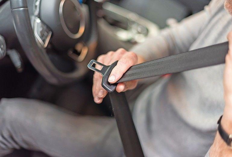 Man_fastening_seat_belt_in_car