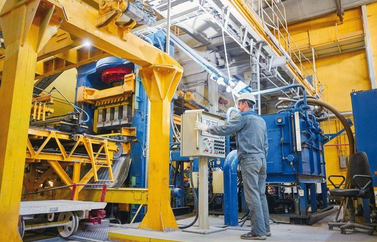 Alleinarbeit_Fabrik_AdobeStock_123137084-amixstudio.jpg