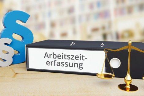 Gesetz._Ordner_auf_Schreibtisch_mit_Beschriftung_neben_Paragraf_und_Waage._Anwalt