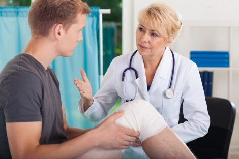 Doctor_talking_with_patient_having_trauma_of_patella