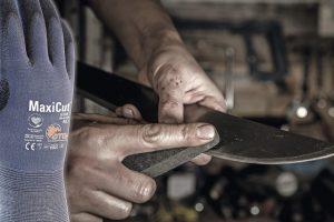 Aufmacher_Bild_MCU_hand_dry_sharpening_knife.jpg
