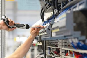 Wie gefährlich ein Stromschlag ist, hängt von mehreren Faktoren ab. Welche Schutzmaßnahmen gibt es?