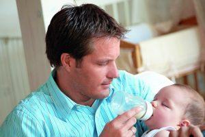 Wer während der Elternzeit trotzdem für den Arbeitgeber tätig ist, ist unfallversichert.
