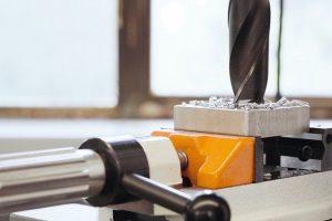 Bohrmaschinenschraubstock verhindert Mitdrehen