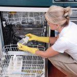 Frau_reinigt_Geschirrspüler____Woman_cleaning_Dishwasher____Model-Released