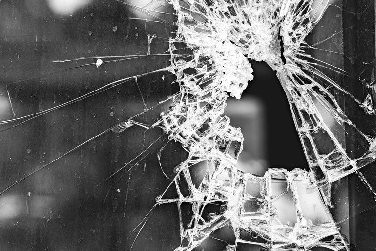 crack_of_glass_window_for_background