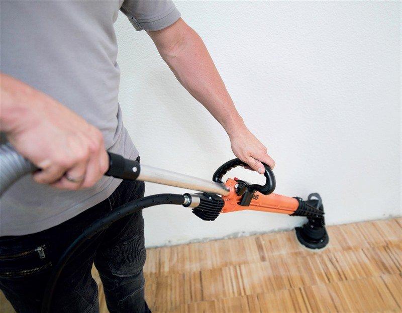 Ein neu entwickelter Schleifer ermöglicht das ergonomisch optimierte Schleifen von Parkett im Stehen.