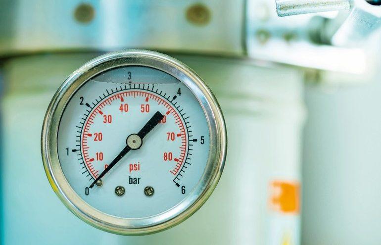 manometer_turbo_pressure_meter_gauge_in_pipes_oil_plant_with_liquid_inside