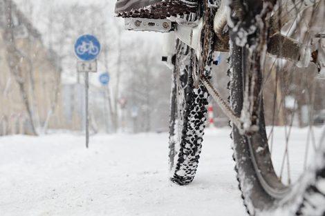 Radfahrer auf schneebedeckter Straße