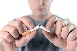 Ein Mann zerbricht eine Zigarette