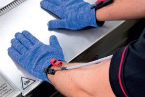 Eine Handschuhinnovation verhindert gefährliche Verletzungen an Maschinen.