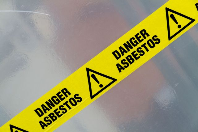 In Gebäuden ist oft Asbest versteckt vorhanden. Sanierungen sollten gut geplant und durchgeführt werden.