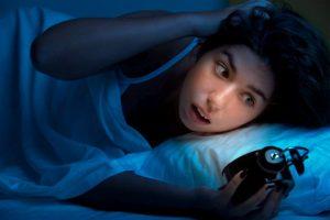 """Der Chronotyp """"Nachteule"""" hat gesundheitliche Probleme, wenn er dauerhaft zu früh aussteht."""